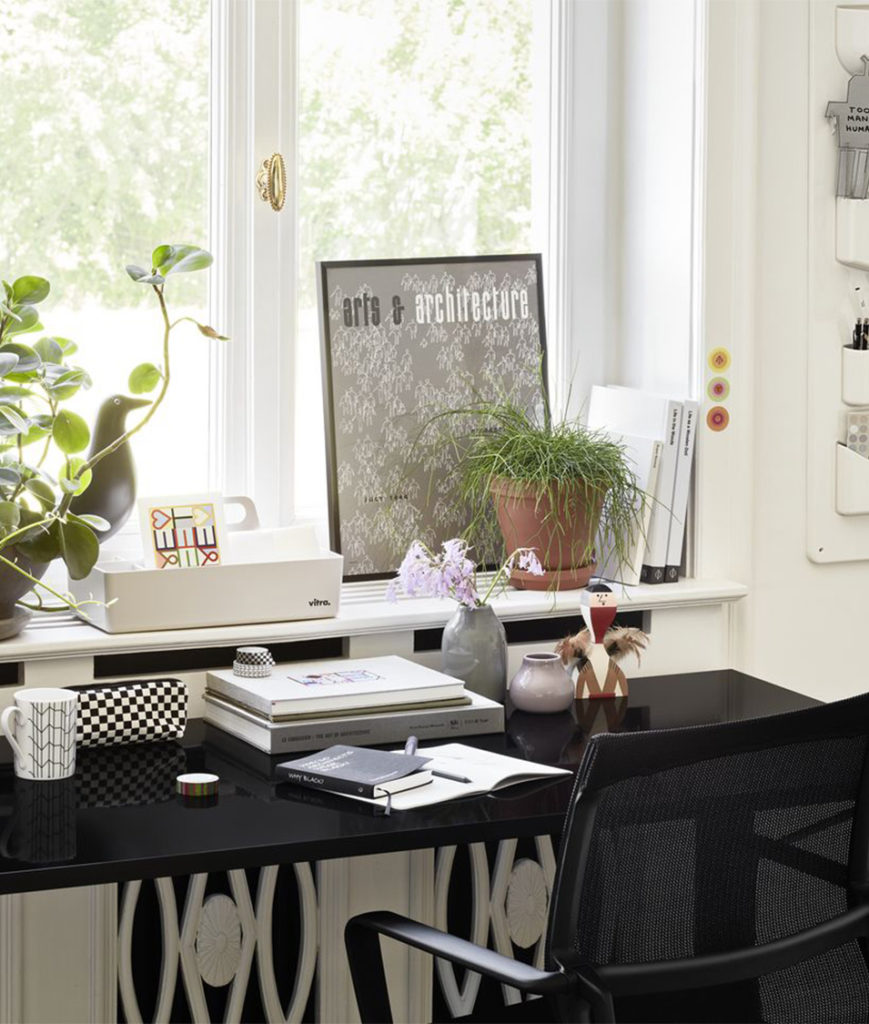 Homeoffice Nische mit Schreibtisch und Bürostuhl von Vitra