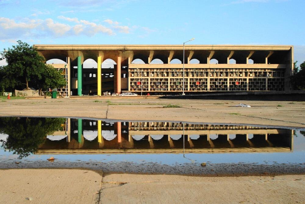 Auch das Gerichtsgebäude ist ein Entwurf von Le Corbusier
