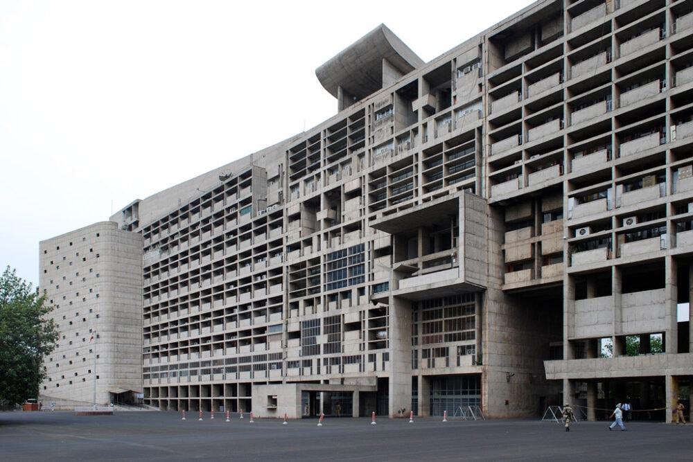 Das Sekretariatsgebäude wurde von Le Corbusier entworfen. Bei der Planung und Ausstattung bekam er Unterstützung von Pierre Jeanneret.