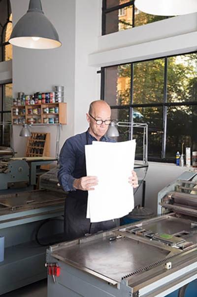 Grafiker Erik in der Werkstatt