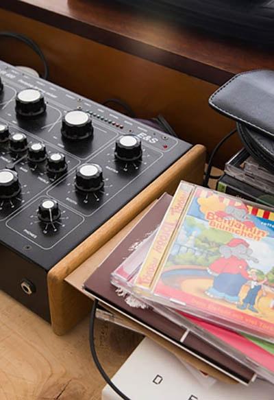 Platten und CDs werden nach ihrem Einsatz im Moormann Regal verstaut