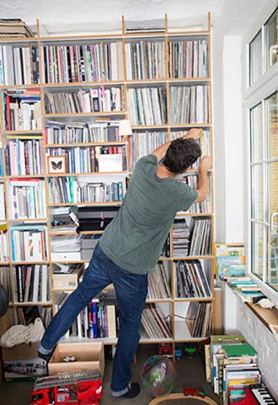 Ein grosses Regal mit viel Stauraum ist die Basis für ein ordentliches aber trotzdem buntes Zuhause