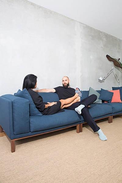 Die Wohnung der beiden ist gemütlich und modern eingerichtet