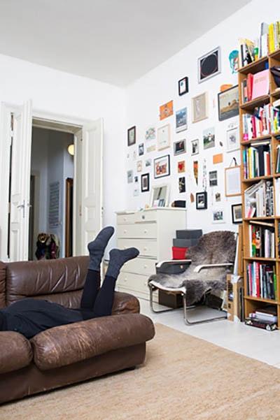Das kunterbunte Wohnzimmer wirkt dank Moormann Regal sortiert und ordentlich