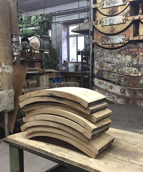 In der Manufaktur werden die einzelnen Holzelemente bedampft und danach gebogen