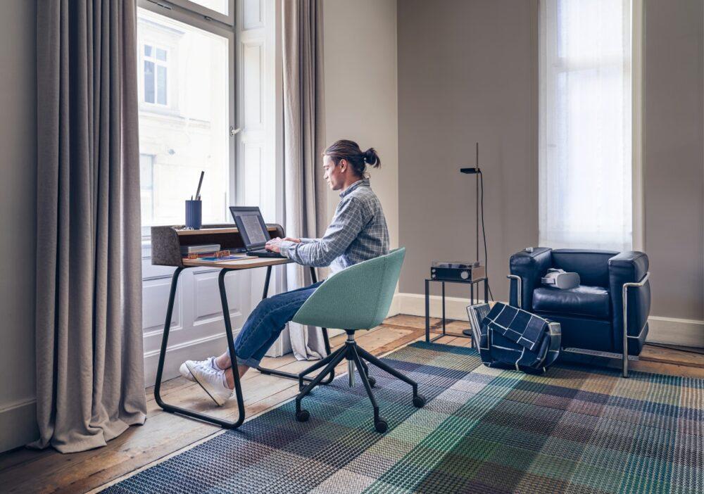 Schreibtisch und Bürostuhl fürs Homeoffice