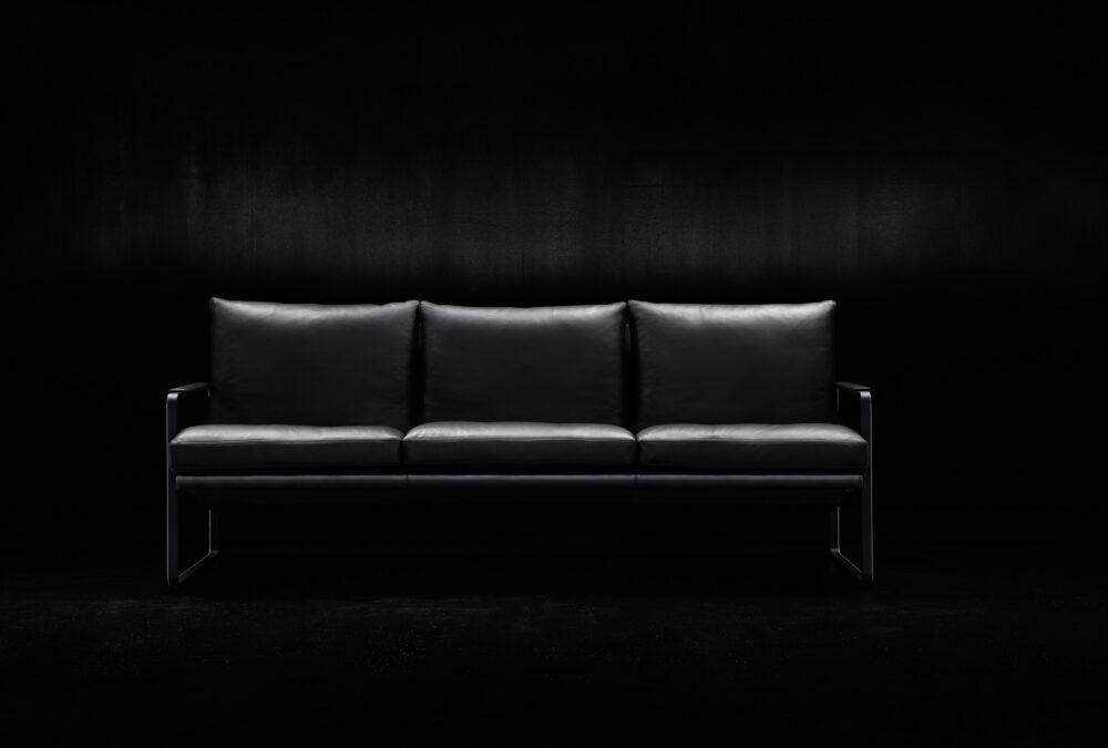 Fabricius Sessel und Sofa verbinden funktionale Gestaltung mit weichem, lässigen Sitzkomfort: Die Stahlstruktur verleiht Leichtigkeit und Eleganz.