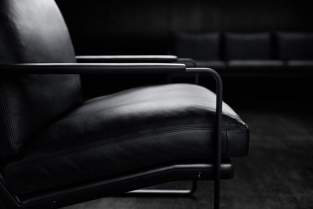 Bei dem äusserst grafischen, linienhaften Fabricius Chair ließ Preben Fabricius alles weg, was nicht notwendig schien. In der Reduktion gelang die Vollendung, ohne auf Komfort zu verzichten.