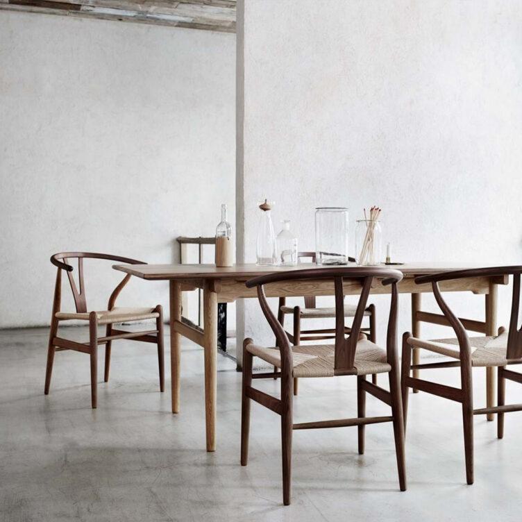 Sitzgruppe mit Esszimmertisch und Armlehnstühlen im dänischen Design:Der Wishbone Chair von Carl Hansen & Son wurde von Hans J. Wegner entworfen