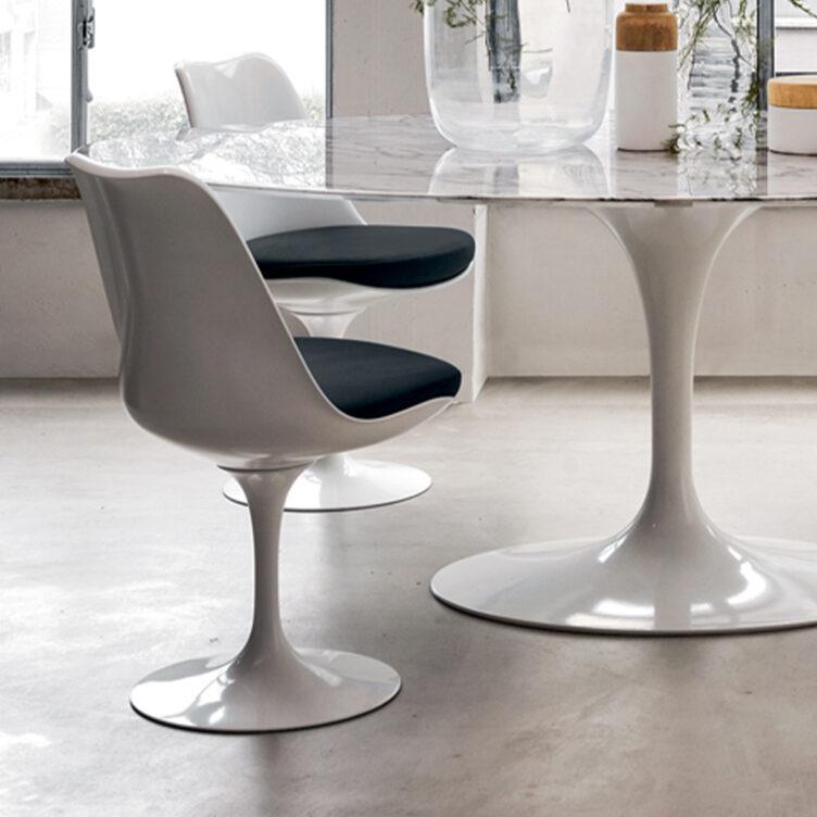 weisser tulip chair von eero saarinen mit sitzpolster in schwarz