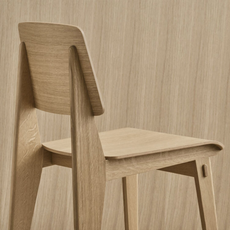 Der Vitra Stuhl Chaise Tout Bois basiert auf dem ikonischen Entwurf des Standard SP von Jean Prouvé