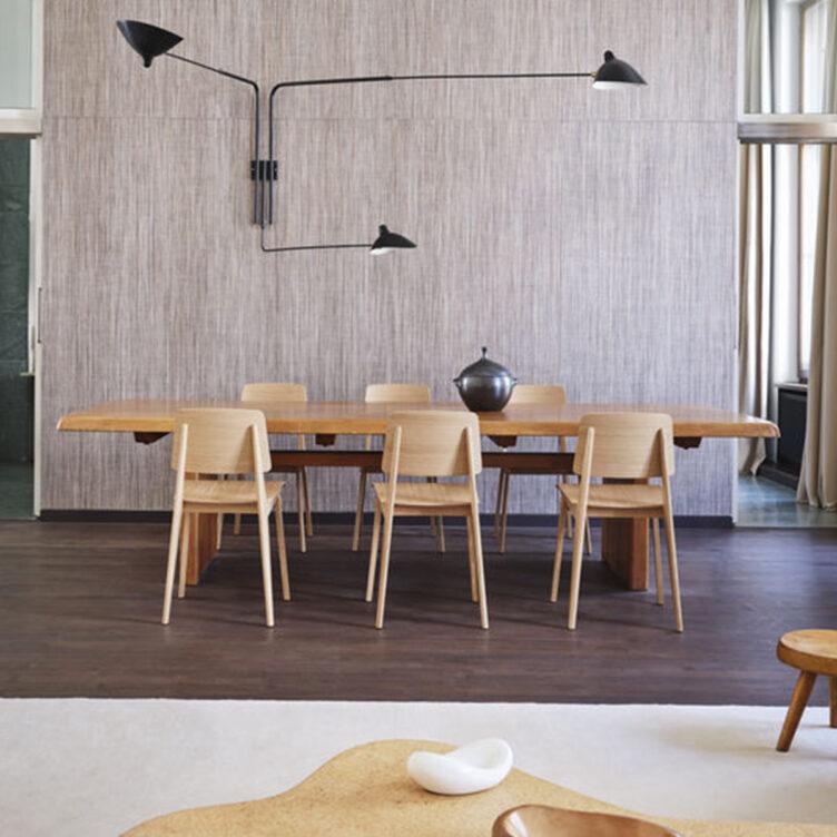 Esszimmer mit Vitra Designklassiker Stühlen Chaise Tout Bois von Jean Prouvé.